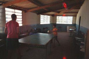 Der Hauptraum des Jugendzentrums, mit Schlägern ohne Griffe, die Platte ist eigentlich eine Tafel.