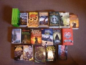 Hier die Bücher aus der Liste, die ich gelesen habe (jeweils nur ein Band). Robin Hobb fehlt, die hatte ich mir nur ausgeliehen.