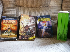 Einige meiner ersten Fantasybücher (inzwischen schon mehrfach gelesen).